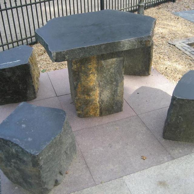 Tafel plus stoelen massief natuursteen