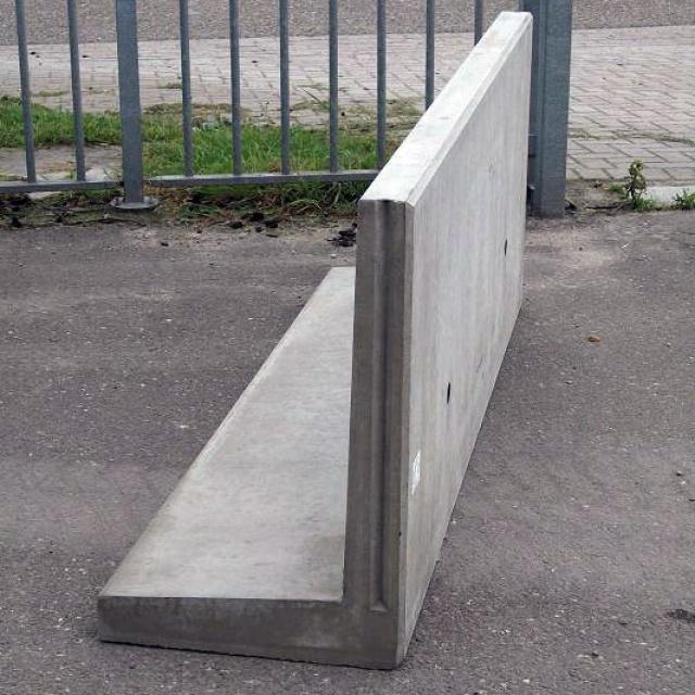 Keerwand : Lang 200 cm Hoog 75 cm Voet 60 cm