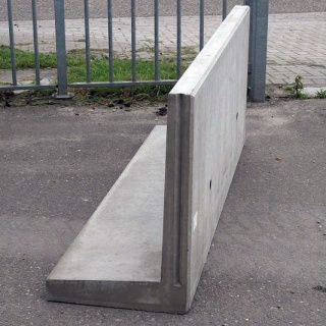 Keerwand : Lang 140 cm Hoog 75 cm Voet 60 cm