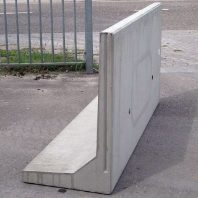 Keerwand : Lang 190 cm Hoog 100 cm Voet 60 cm