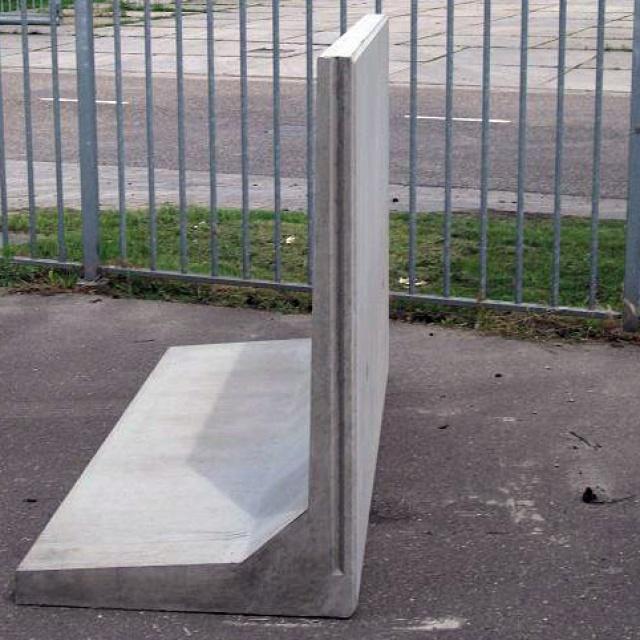 Keerwand : Lang 200 cm Hoog 130 cm Voet 110 cm