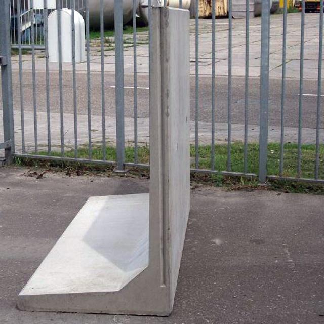 Keerwand : Lang 200 cm Hoog 150 cm Voet 90 cm