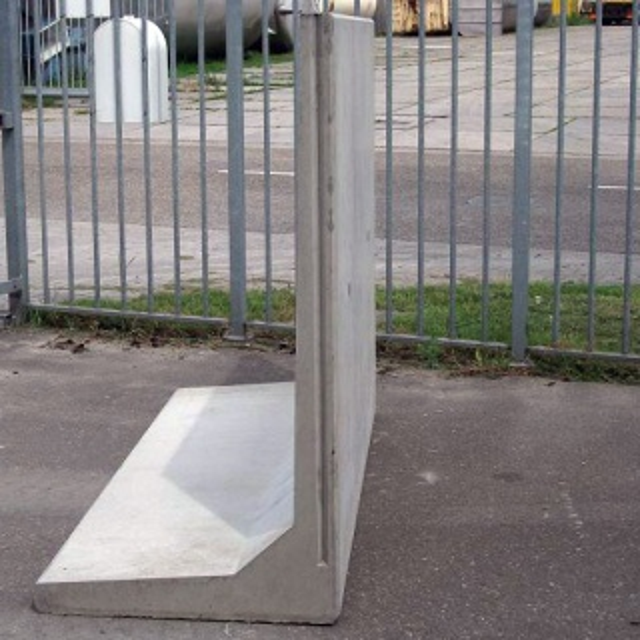 Keerwand : Lang 100 cm Hoog 150 cm Voet 80 cm