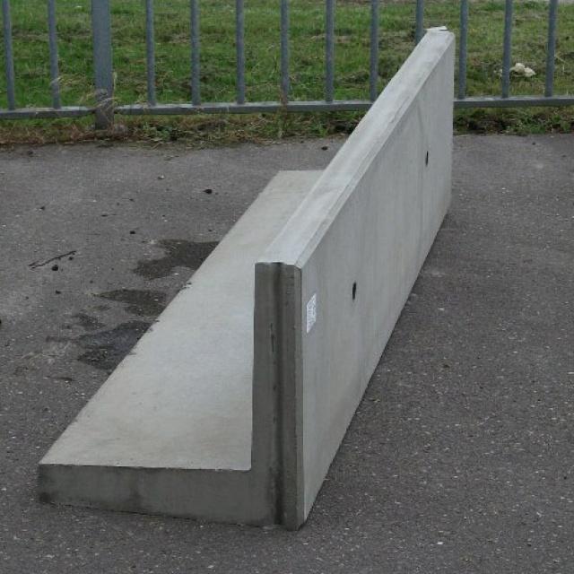 Keerwand :  Hoog 50 cm Lang 100 cm Voet 50 cm
