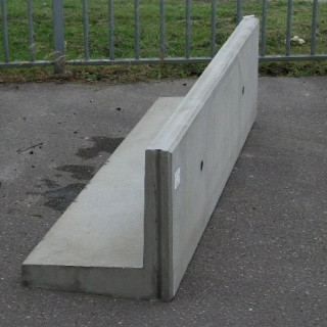 Keerwand : Hoog 50 cm Lang 200 cm  Voet 50 cm