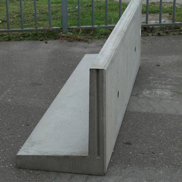 Keerwand : Hoog 60 cm Lang 100 cm  Voet 50 cm