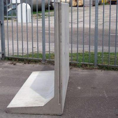 Keerwand : Hoog 175 cm Lang 100 cm Voet 100 cm