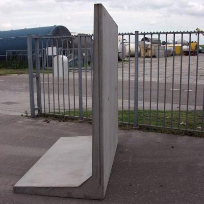 Keerwand : Hoog 250 cm Lang 200 cm  Voet 150 cm